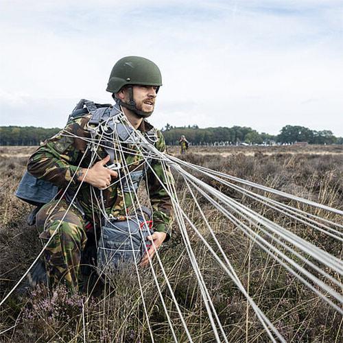 soldaat tijdens luchtlanding
